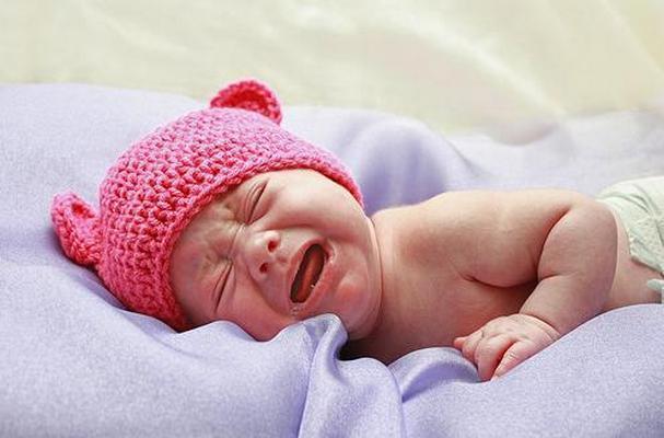 Чуткий сон младенца: что делать?