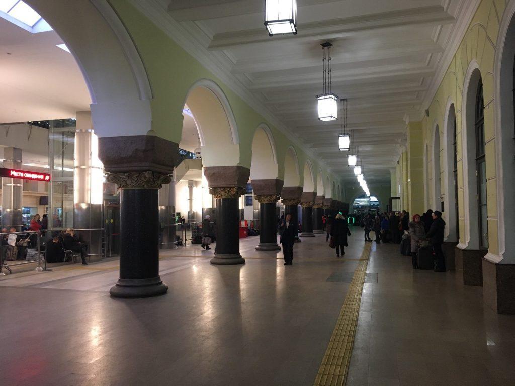 Здание внутри. Справа находятся билетные кассы, слева - залы ожидания