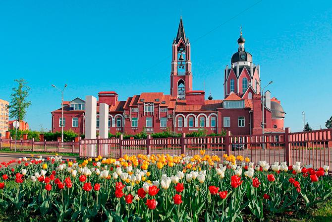 Цветы на фоне Троицкого собора в Щелково