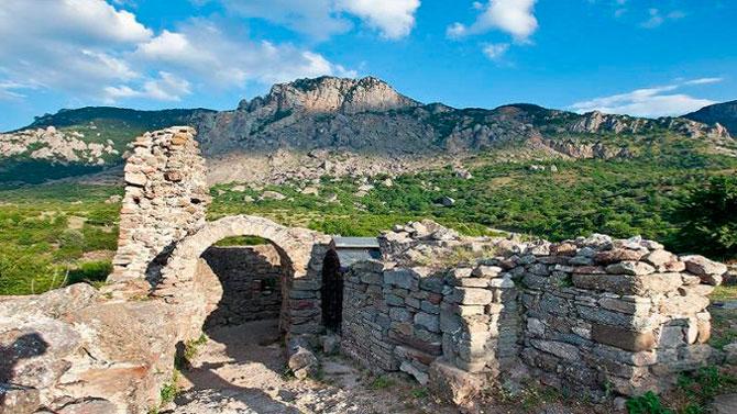 Средневековое укрепление Фуна и византийская крепость Алустон
